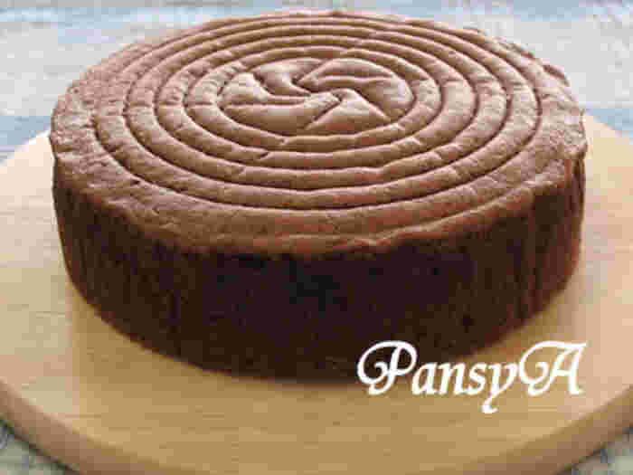 まずは基本のチョコレートスポンジケーキから。意外と難しいスポンジケーキ。混ぜ方だったり、オーブンの温度調節だったり。でもスポンジケーキが上手に焼けたらこっちのもの。クリームやフルーツ次第でアレンジがいっぱい出来ますよ!