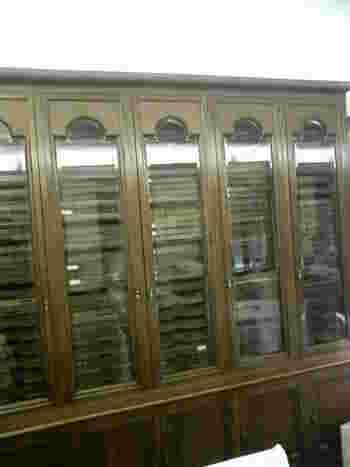 喫茶入り口のキャビネットには、昭和20年代に演奏されていたSP盤クラシックレコードが数多く並び、歴史を感じさせます。
