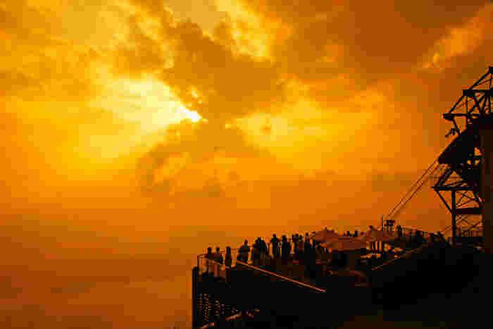 夕暮れ時の絶景もぜひ楽しみたいですね。日没の1~2時間前から待っていると、雲の切れ間から光が差し込んだり、雲がオレンジ色に染まった表情を見ることができますよ。