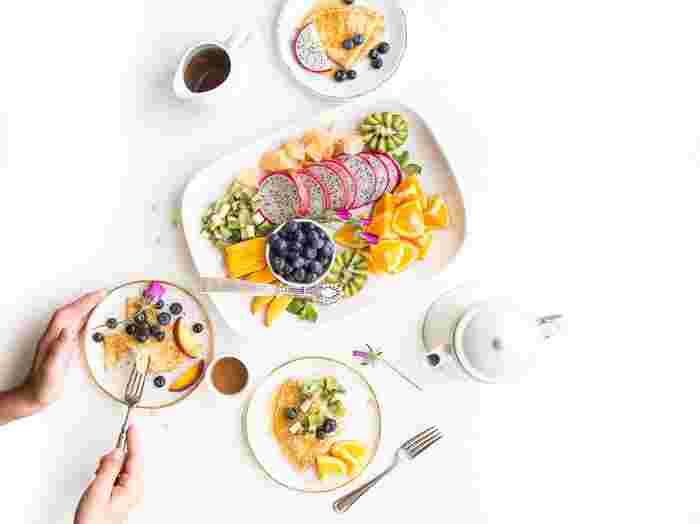 食事は生きていく上で欠かせないものですよね。できれば毎日、健康的でバランスの良い食事を心がけたいところですが、それもなかなか難しいものです。そんなときにおすすめなのは、決まった時間になったら食べる事です。体にいつも同じ時間にエネルギーを届けることで自然とリズムが整ってきます。ときどき、おにぎり1個やエナジーバー1本だけのときがあっても大丈夫です!