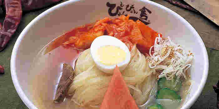 焼肉・冷麺のお店「ぴょんぴょん舎」。東京にも店舗があるチェーン店ではありますが、冷麺は安定の味わいで、高評価。初心者さんが盛岡駅周辺でいただく盛岡冷麺としては、おすすめのお店です。  こちらを訪れたら、こちらの「盛岡冷麺」か、甘辛いソースに麺を混ぜ合わせていただく人気麺「ピビン冷麺」を召し上がれ。「せっかくならお肉も!」という方には、盛岡冷麺と焼肉を一緒にいただける人気メニュー「冷麺・牛焼肉セット」をどうぞ*