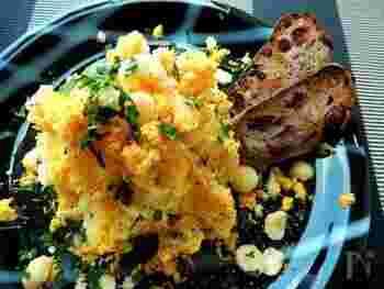 にんにくと黒こしょうが効いた大人の味付けのポテトサラダ。ゆでたまごの黄身とジャガイモ、ナッツを混ぜ合わせて、しっとりした中にも色んな食感を楽しめる一品です。おしゃれに盛り付ければ、大人女子会のメニューにも♪