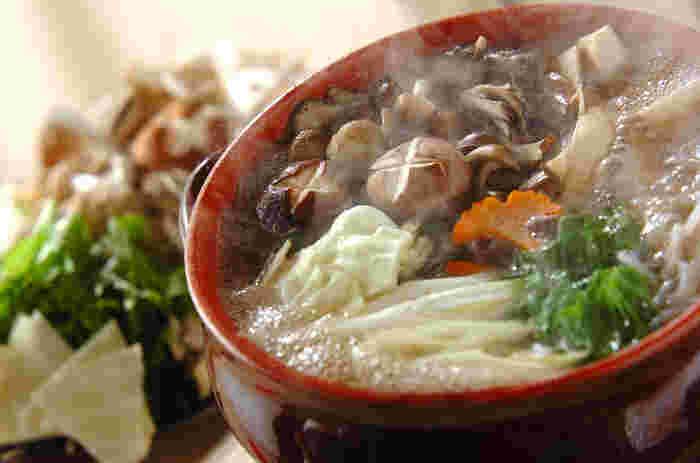マイタケ、シメジ、エリンギ、シイタケと4種類のキノコが入ったヘルシーなお鍋。香り高いキノコは食べ応えもしっかりあります。味わい深い出汁が食欲をそそりますね。