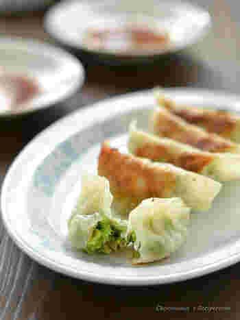 愛情たっぷりの手作り餃子は素朴で安心できる味♪こちらのレシピは刻んだ野菜を混ぜる時にゼラチンを加えるのがポイント。ゼラチンが野菜の水分を吸い、絞る手間がかかりません。野菜のうまみがたっぷり入った、ヘルシーで美味しい餃子に仕上がりますよ♪