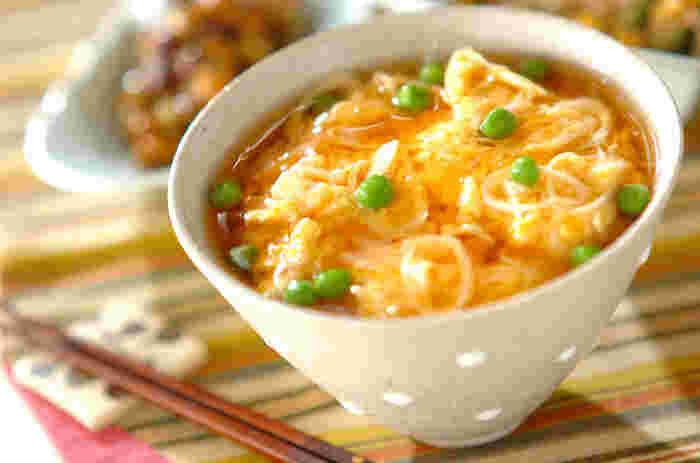 ホタテの旨みを楽しむ、ふわふわなあんかけ丼は、まるでラーメンやさんで頂く天津飯みたい!あんかけ、卵、ご飯をからませながら豪快に召し上がれ!見た目も可愛らしく、お子さまにも喜ばれる一品ですね。