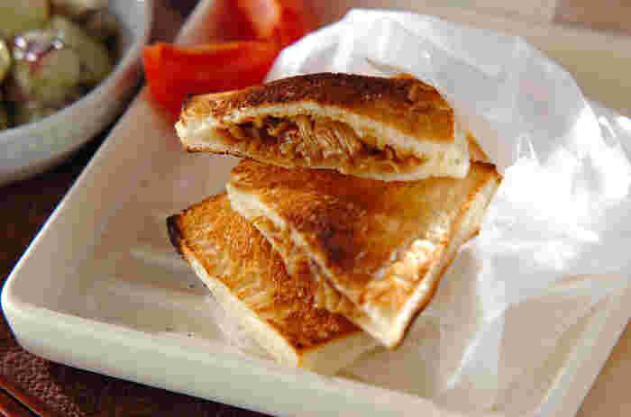 パンに挟むのでちょっぴり味付けを濃いめに仕上げた、牛のしぐれ煮風の、ピリ辛牛肉サンド。レタスをプラスしたり、アボカドをプラスしてさらにボリュームをだすとカフェ風の仕上がりになりますよ。