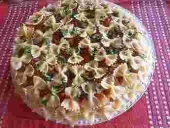 可愛いリボン型パスタを使った一品は、女の子の誕生日パーティーにも喜ばれそう。好きな分だけお皿にとってミートソースと絡めて召し上がれ♪