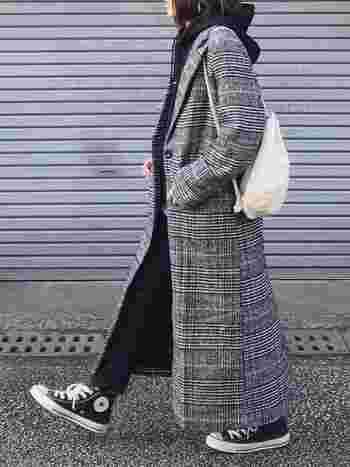 グレンチェックのチェスターコートでマニッシュに。きれいめスタイルにもいいけれど、カジュアル&スポーティなテイストに合わせるのも素敵。颯爽と街中を歩きたくなるコーデです。