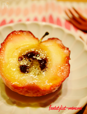 こちらも、手間なしで贅沢な味わいのりんごデザート。りんごにバターをのせて、グリルの上でホイル焼きに。ただ、網にのせておくだけで、あつあつとろとろの焼きりんごの完成です。自然な甘さが最高!