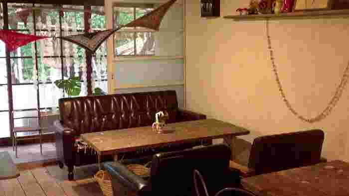 田舎風に仕上げた母屋・・・・ アンティークな家具でセンス良くまとめられています。