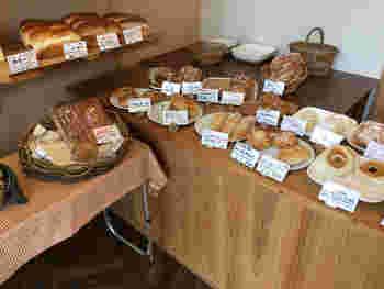ナチュラルな雰囲気の店内には、やわらか食感のパンが豊富に揃っています。小さなお子さんからお年寄りまで年齢問わず人気のお店です。