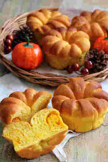 黄色い生地が食欲をそそるかぼちゃパン。仕上がりもしっとりしてやわらかく、かぼちゃのほのかな甘さや風味がおいしい!王冠のようなかわいらしい形に作れるので、覚えておくと他のパンにも応用できて便利です。