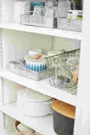 小鉢や小皿などこまごました器は、ひとつにまとめて収納しましょう。収納トレイやボックスを統一するとすっきり美しくみえます。