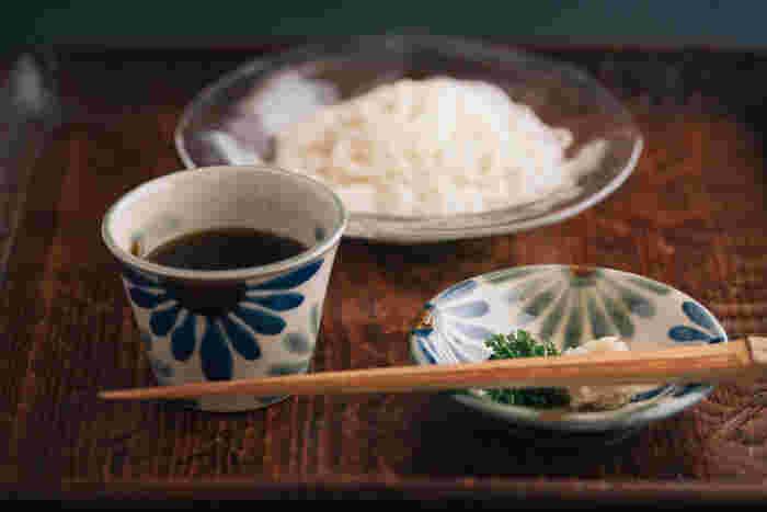 育陶園の蕎麦猪口に使われるのは、沖縄の土。その土に沖縄産のお米の籾殻と石灰、砕いた長石を混ぜて蕎麦猪口を作っているそうです。