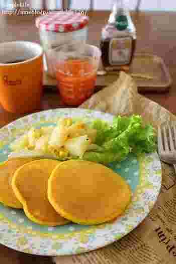こちらは、野菜嫌いのお子様に食べさせたい「かぼちゃ」と「にんじん」入りのパンケーキ。こちらのレシピではかぼちゃはペーストを、にんじんはにんじんジュースを使っています。