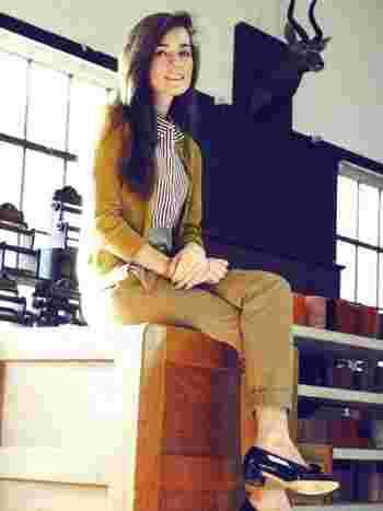 サッと羽織れるカーディガンも秋色だと気分も上がります。マスタードと中のストライプシャツの相性もばっちり。オフィスにも使えるシンプルな大人カジュアルのスタリングです。