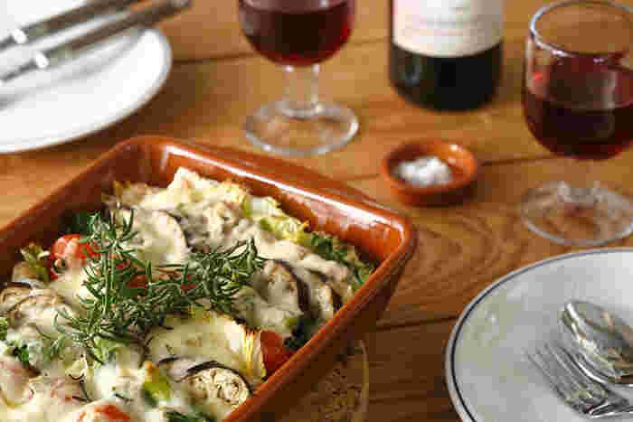 ブラウンは食材そのものにも近く、食べ物をおいしく見せてくれる色。こちらはスペイン発・レガスの耐熱皿。オーブン調理が可能なので、グラタンやグリル料理など、あつあつのできたてをそのままテーブルに運べます。
