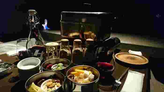 食事の後はお部屋でじっくりと語り合うもよし、クラウドテラスにとどまって特別な夜の空気を楽しむのも素敵。燻製作りを楽しんでみたり、焚き火のそばでウイスキーを味わったり、演奏会を楽しんだり。思い思いに過ごせます。