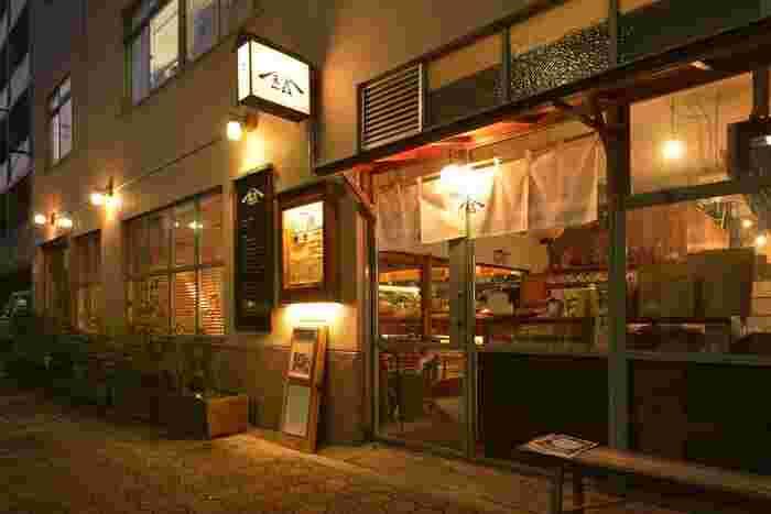 都営浅草線・大江戸線の蔵前駅から歩いて2~3分のところにある「結わえる」は、寝かせ玄米が有名なお店。おしゃれなカフェが増えている蔵前の中でも珍しい和食レストランです。隅田川に向かう通り沿いにあるガラス張りの建物が目印です。