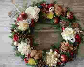 ツリーはもちろんクリスマスリースは、毎年どんなものにしようか悩みますよね♪近ごろはシンプルなものも人気ですが、スタンダードな木の実がたくさん付いたデザインは、やっぱりクリスマス気分が高まります。