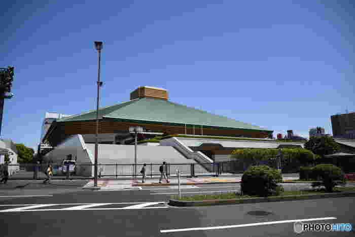 両国の代表的スポット「国技館」は、大相撲の興行を行う施設。東京・国技館での本場所の開催は、年3回、1月、5月、9月となっています。開催シーズンには、観戦をしなくても、館内の売店で、おみやげを買ったり、館内見物を楽しむことが出来ます。 地下には巨大な焼き鳥工場があるそうで、ここで作られる焼き鳥は絶品なんだとか…
