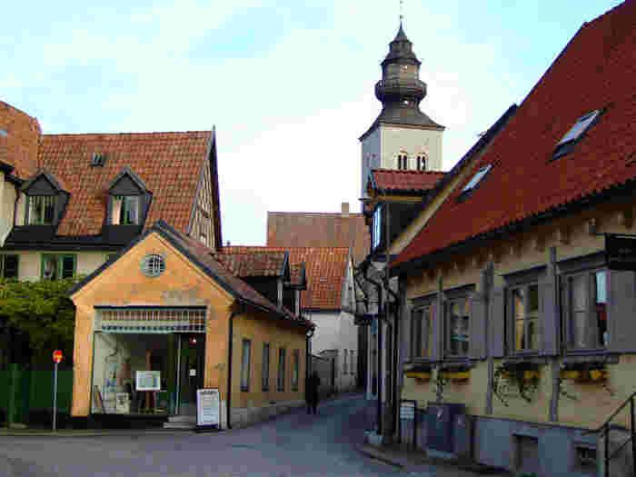 ストックホルムの南東に浮かぶ島、ゴットランド島。スウェーデンで最大の島です。中心都市のヴィスビュー(Visby)は、かつてハンザ同盟の重要な中心地のひとつで、歴史的な街並みが今も残ります。これらの街並みは、ユネスコ世界文化遺産にも選ばれています。