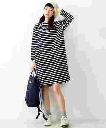 フレンチカジュアルな装いにもリュックはぴったり♪ ネイビーのリュックはどんな装いにもなじみやすいので、1つあると便利ですよ。