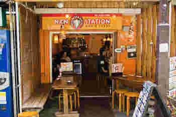下北沢駅北側の商店街にある「NAN STATION」は、日本人好みの美味しいインドカレーが手ごろな価格で味わえると人気のお店。テラス席もあり、外の景色を眺めながらのんびりとカレーを食べることができます。おひとりさまランチにもオススメですよ。