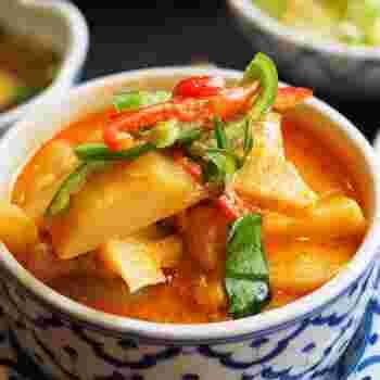 「ゲンペッカイ」は鶏肉のレッドカレーのこと。こちらはランチセットだとライス・スープ・サラダ・デザート付きとボリューム満点!見た目ほど辛くはなくココナッツミルクのコクが際立ち甘みも感じられるので、タイ料理初心者さんにもおすすめ。