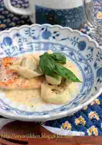 サーモンの付け合せにラビオリがおしゃれなレシピは、食べ応えもあるので、ディナーにも◎。  濃厚ソースでお腹にもたまる味付けで、十分満足できそうですね。