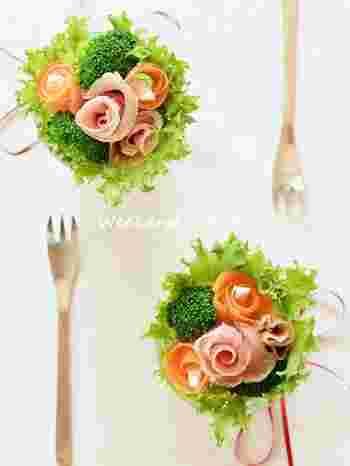 身近な野菜で作るサラダのブーケ。ハムとサーモンをクルクル巻いてバラに見立て、フリルレタスとブロッコリーでドレスアップしています。