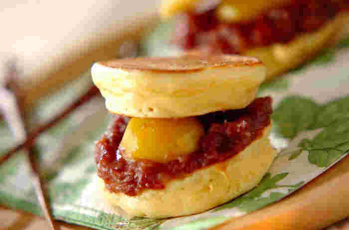 """こちらの栗どら焼きは、ホットケーキミックスに「白玉粉」を加えるのが""""モチモチ感""""の秘訣。ゆで小豆と栗を挟んで和風に、クリームチーズや生クリームを挟んで洋風など、いろいろとアレンジを楽しんでみて♪"""
