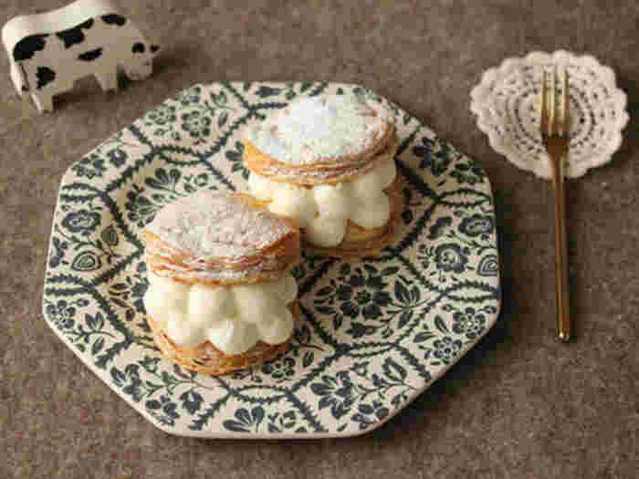 生クリームとクリームチーズを合わせたチーズクリームを、焼いたパイ生地にはさむだけ。トップに粉砂糖を振りかけるとケーキ屋さんで買ったかのような仕上がりに。