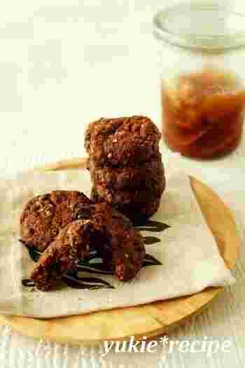 ジンジャーシロップも、残った生姜も一緒に入ったチョコクッキーです。ホットケーキミックスを使うのでとっても簡単。シロップが使い切れなかった時の美味しいお助けレシピとしてもおすすめですよ。