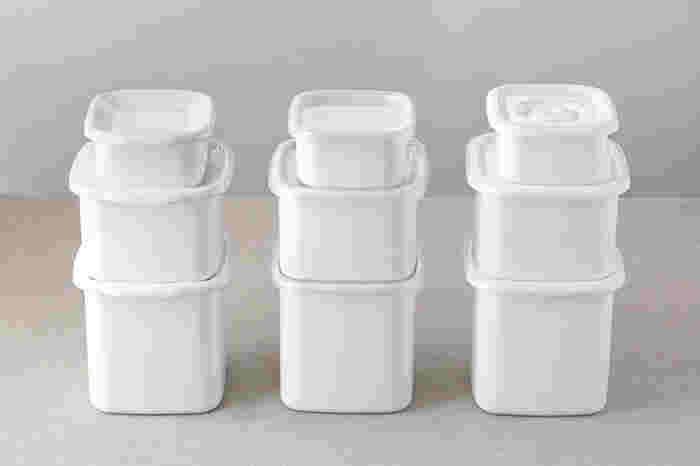 カレーを保存する際、気になるのが保存容器への匂いうつりですよね…。 容器への匂いうつりを完全に避けたい場合は、ホーローや耐熱ガラス製の保存容器がおすすめですが、プラスチック製の保存容器でも匂いうつりを防ぎながら保存することが出来ます。 まず、密閉保存容器にラップを敷きます(ラップはカレーの上部にもかぶせるので、容器よりもふたまわり位大きめにカットしましょう)。 次に、粗熱をとったカレーを1人分ずつ、容器の8分目を目安に入れます。最後に、大き目にカットしておいたラップで包むようにまとめてから、蓋をして冷凍庫へ…。このように、カレーの表面にもラップをかぶせることで、蓋への汚れや匂いうつりを防ぐことが出来ます。  解凍する時には、先程ご紹介したように鍋で加熱するか、カレーだけを耐熱皿に移してラップをかけ、電子レンジで加熱しましょう。 カレーは油分が多いので加熱時に分離しやすいそうですが、500Wで2分ずつ小刻みに加熱し、その都度全体を軽くかき混ぜながら温めることで、加熱ムラや分離も防ぐことが出来ます。