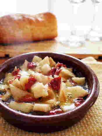 レンコンのカリッホクッ食感がたまらないヘルシーな一品。ドライトマトのうま味がしみ込んだオイルも絶品なので、ぜひフランスパンを浸していただきましょう。