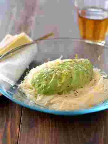栄養価も抜群のアボカドがたっぷり食べられるレシピ。アボカドが大好き!と言う人はぜひ試してみてほしいメニューです。レモンと塩胡椒、ほんのりのニンニクが程よくパンチがきいて、さっぱりと食べられます。