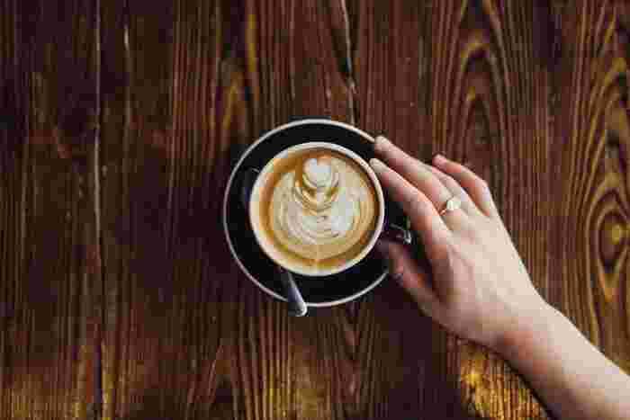 ひとつひとつの所作を丁寧にすることは、美人度を確実にアップさせてくれます。指先というのは、案外、人目につくものです。たとえば、カフェでコーヒーカップに触れるとき、いつもより少し動作を丁寧に行うだけで、美しく見えるものです。