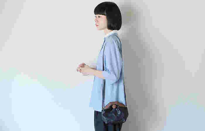 コロンとした丸みのあるデザインが可愛いバッグ。持ち手の切り替えも個性的で、コーデのワンポイントになってくれます。