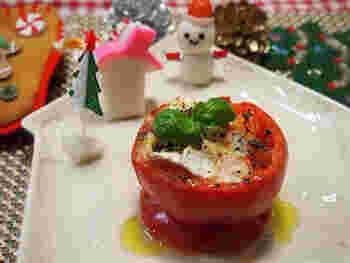 カマンベールチーズのまろやかさと、トマトの酸味が相性ぴったりなオーブン焼き。 ハーブの香りも爽やかで食欲をそそります。