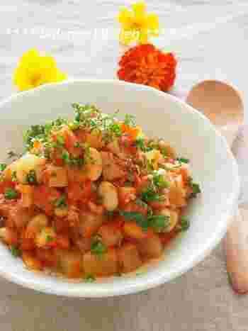 れんこんや大根、にんじんなどの根菜をたっぷりと使った、トマト煮のレシピです。トマトの旨味のお陰で、塩分控えめでも美味しく仕上がります。お肉や大豆も入れるので、一品でたんぱく質もバッチリ摂れますよ。