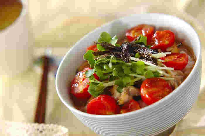 あさりのバター蒸しにトマトがたっぷり入って、ちょっぴり変わり種のイタリアンテイストが美味しい。とてもヘルシーなお茶漬けです。