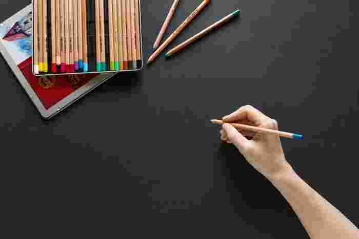 油性の色鉛筆も水性の色鉛筆も、水などを使わずにそのまま描く分には、同じように使うことができます。特にアクションを加えずに描きたい場合には、芯の硬さや、色鉛筆の持ちやすさで選ぶのも良いですよ。芯は、「軟質、中硬質、硬質」に分かれています。細い繊細な線を描きたいときには「硬質」、線を描くより色を塗ることを目的としているなら「軟質」、特に決まっていない場合は「中硬質」がおすすめ。  色鉛筆の持ちやすさは、色鉛筆自体の長さや太さも関係してきます。全体のデザインを見て選ぶのも良いでしょう。丸軸や六角軸などの違いがありますので、握りやすいものを見つけたときには、そのフォルムもチェックしてみてください。