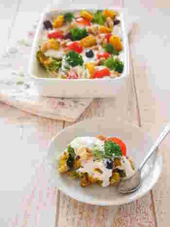 作りおき出来るスコップサラダは見た目も華やかでパーティーの席にぴったり! マヨネーズを使っていないので低カロリーな所も嬉しいですね。コンソメカレー味のかぼちゃサラダとクリーミーな水切りヨーグルトは相性抜群!豆やキノコ、ブロッコリーなど、野菜もたっぷり入って栄養バランスも満点です。