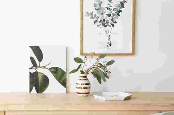 デンマークの老舗製陶メーカー、ケーラー社。革新的でモダンで優れたデザインをたくさん世に送り出していますが、やっぱり、ケーラーといえば、このボーダー柄。「オマジオ」は不朽の名作です。独特なリズムを感じるボーダー柄は、カラーバリエーションも豊富で、表情豊か。それでいて、和洋問わず色んな草花を合わせてきれいに収まるのが嬉しいですね。
