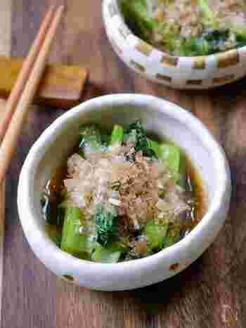 お浸しって彩りにもなって便利だけど、青菜を茹でるのはちょっと面倒…そんな時は、レンジでサッと作ってしまいましょう!グッとハードルが下がり、あと一品としても取り入れやすくなりますよ。