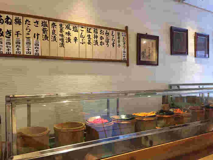 お寿司屋さんのようなカウンターには、おにぎりの具がずらり。ミシュランにも掲載されたおにぎりを、ぜひ味わってみましょう。