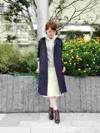 パーカーと好相性の秋の主役・トレンチコートとスカート、トレンドのサイドゴアベルト付きショートブーツで一気に旬顔に♪