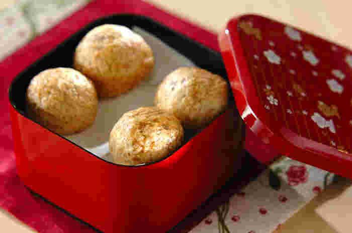 まずは比較的シンプルなおまんじゅうレシピからご紹介。黒糖を混ぜた薄力粉の生地にこしあんを包んで蒸し上げます。一口サイズにすれば、パクっと食べやすいおまんじゅうの出来上がり☆