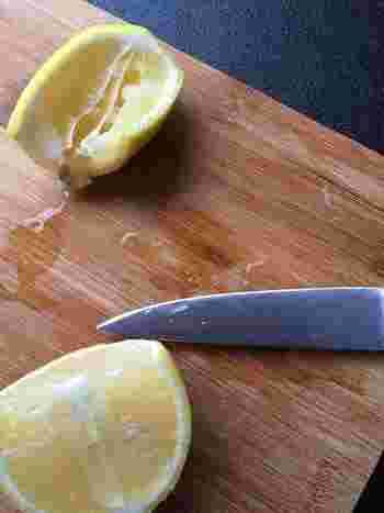 今回は、そんなレモンを主役にした夏にぴったりの甘過ぎない味わいのさっぱりスイーツをご紹介します。食後のお口直しにはレモン果汁入りの冷たいスイーツを、午後のおやつにはレモンを使った焼き菓子など、どれもとっても簡単に作れるので、ぜひトライしてみてくださいね♪
